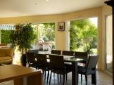 La salle à manger juste à coté est ouverte sur la terrasse, le jardin et la piscine...